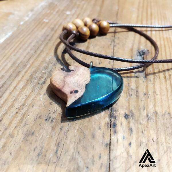 گردنبند چوبی و رزینی طرح قلب رنگ آبی فیروزه ای