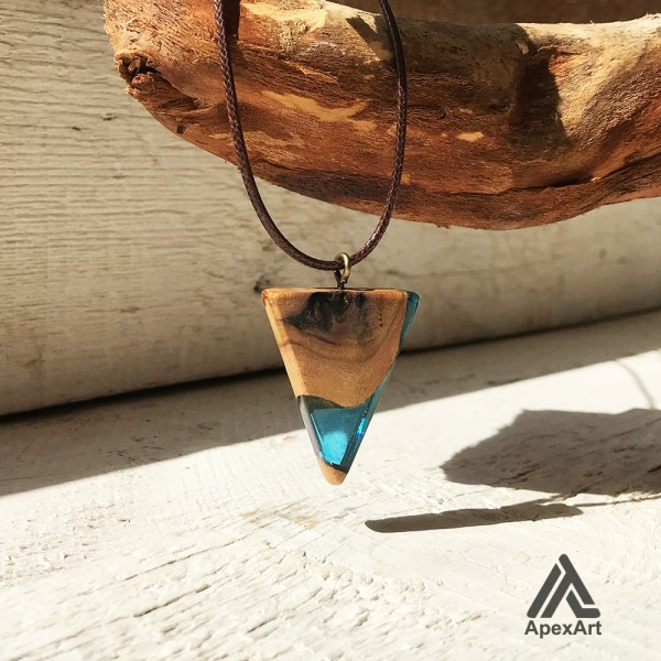 گردنبند چوبی و رزینی طرح مثلث