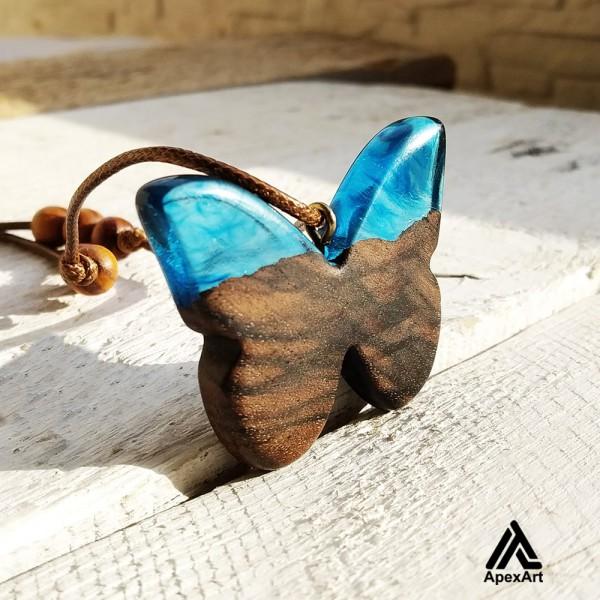 گردنبند چوبی و رزینی طرح پروانه