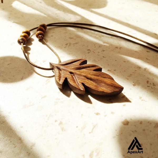 گردنبند چوبی طرح برگ بلوط