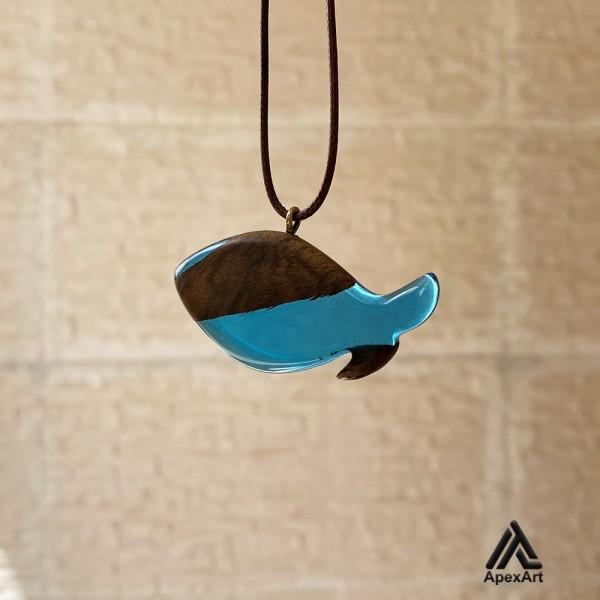 گردنبند چوب و رزین طرح ماهی