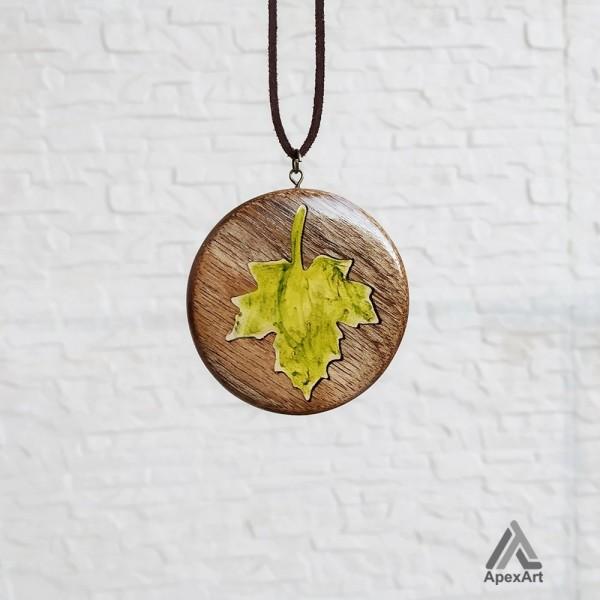 گردنبند چوبی طرح برگ پاییزی