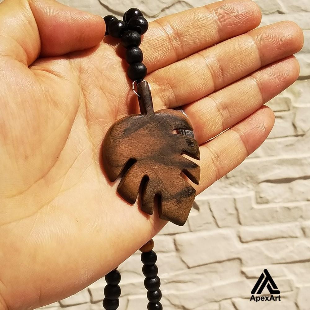 گردنبند چوبی طرح برگ انجیر